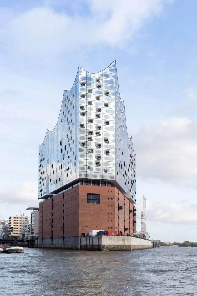 La nuova Elbphilharmonie Hamburg (firmata Herzog & de Meuron), affacciata sul fiume Elba e arroccata sul Kaispeicher A - vecchio deposito portuale usato per stivare tabacco, caffè e cacao. (Foto © Iwan Baan)