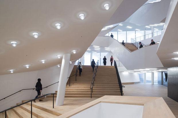 Gli spazi interni di passaggio tra gli auditorium della nuova Elbphilharmonie Hamburg (firmata Herzog & de Meuron). (Foto © Iwan Baan)