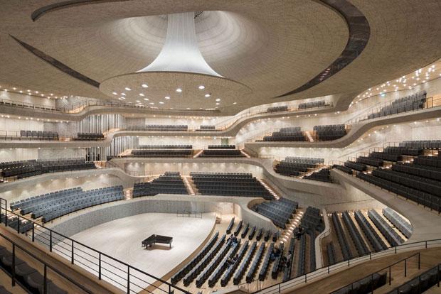 Il Gran Concert Hall è stato studiato per far vivere un'esperienza acustica unica al mondo: la struttura irregolare terrazzata che accoglie i 2.100 spettatori si sviluppa intorno alla buca e al palcoscenico in modo che ciascuno spettatore non si trovi a più di 30 metri dal direttore d'orchestra. (Foto © Iwan Baan)
