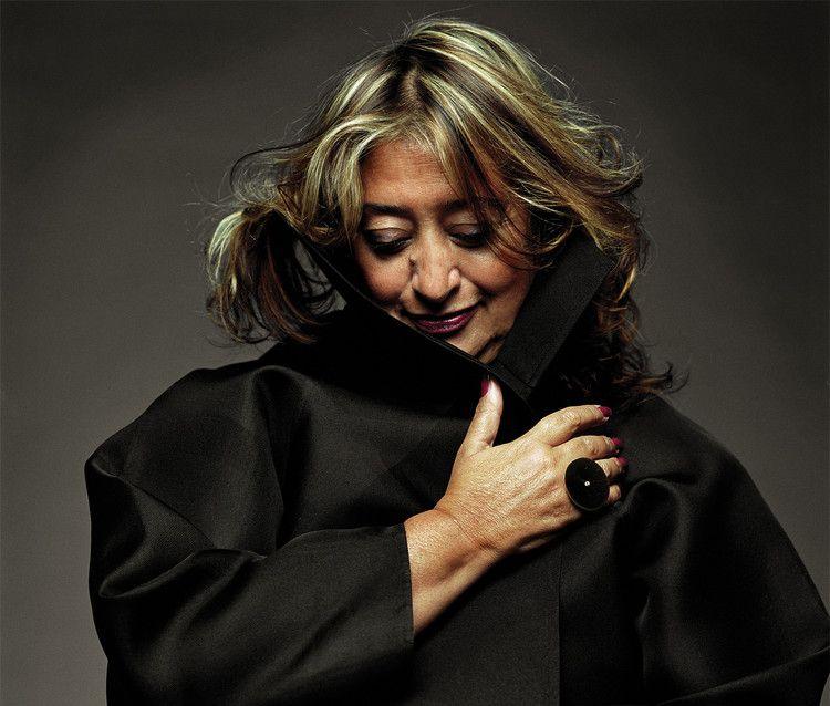 Zaha Hadid fu anche una designer di gioielli, qui si fa fotografare con un suo anello.