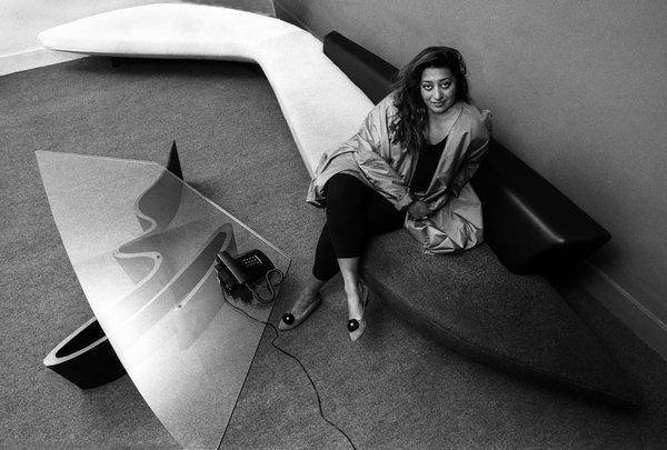 Zaha Hadid fotografata in uno dei suoi sinuosi interni, suoi anche tutti gli arredi di design.