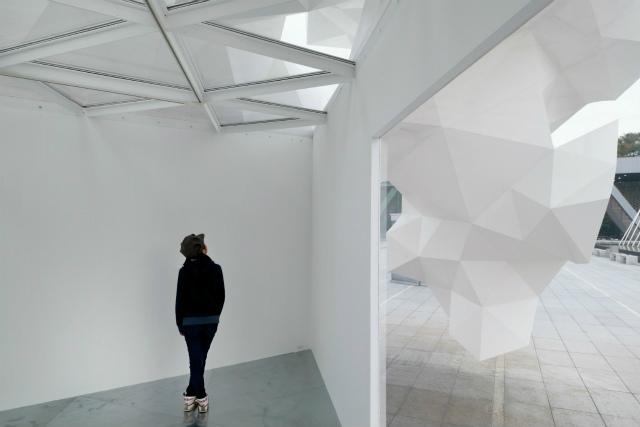 Il progetto per il padiglione Bloomberg fa parte di una campagna del Museo di Arte Contemporanea di Tokyo con il fine di incoraggiare la delicata relazione tra arte e città. ©2011 Takumi Ota Photography.