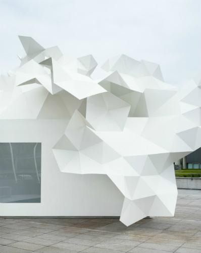 Il padiglione è costruito tramite una tecnica che consiste interamente nella combinazione di triangoli isosceli ©2011 Takumi Ota Photography.